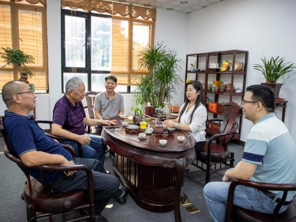 江苏华宇印涂设备集团董事长 莅临黑金刚公司参观指导